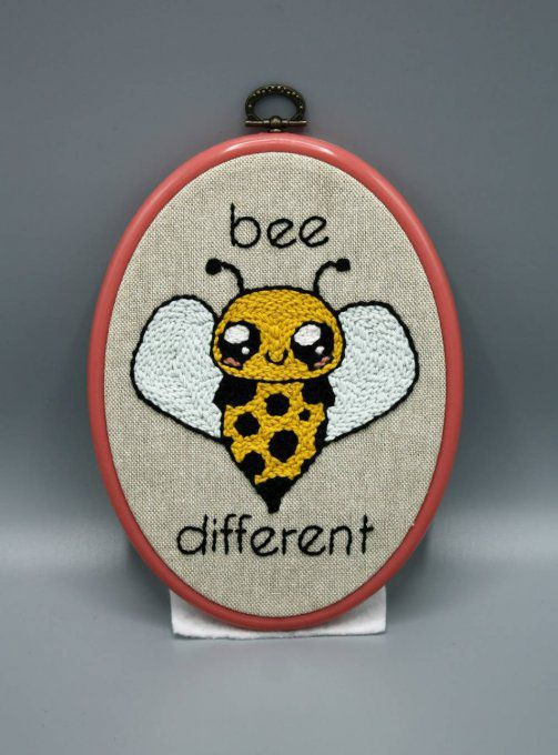 Broderie Bee Different